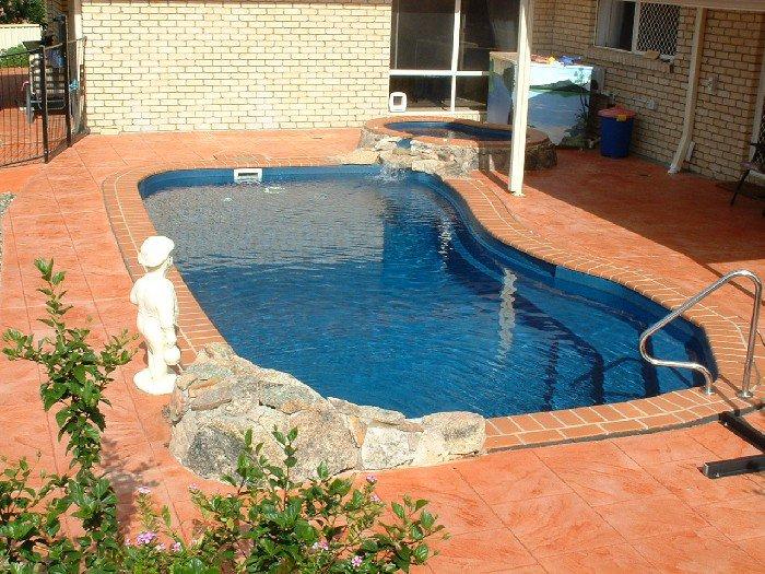 Небольшой бассейн во дворе